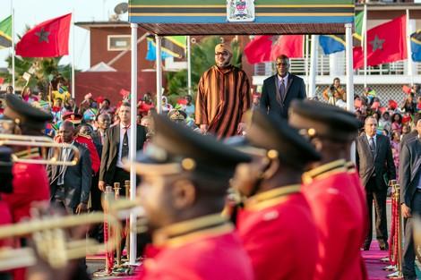 """رقصات وأهازيج شعبية تحف بالملك بـ""""دار السلام"""" التنزانية"""