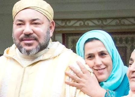 صورة تحصد ملايين المعجبين لمواطنة مغربية تعانق جلالة الملك خلال نشاط ملكي أمس الجمعة