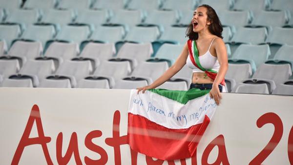 بالصور مشجعة إيرانية تطلب الزواج من لاعب المنتخب في مباراة قطر