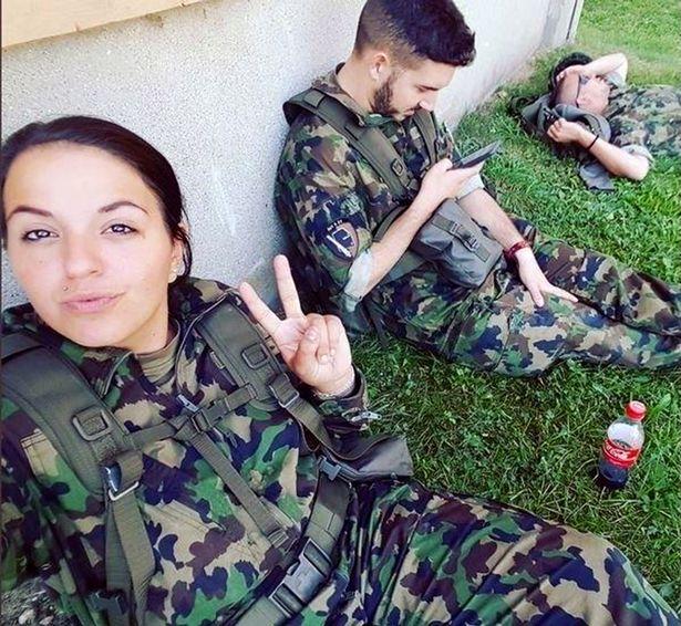 شاهد صور سيلفي مثيرة تسببت بأزمة لحسناوات جيش سويسرا