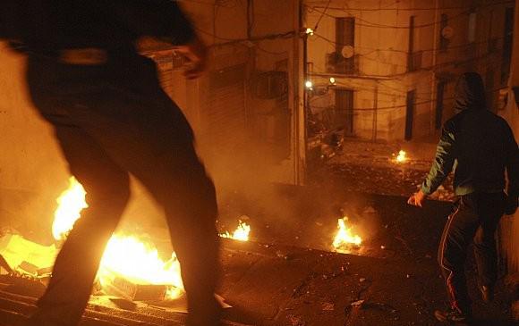 عاجل و بالفيديو : اندلاع الثورة الجزائرية .. احتجاجات و أعمال عنف و تخريب وسطو