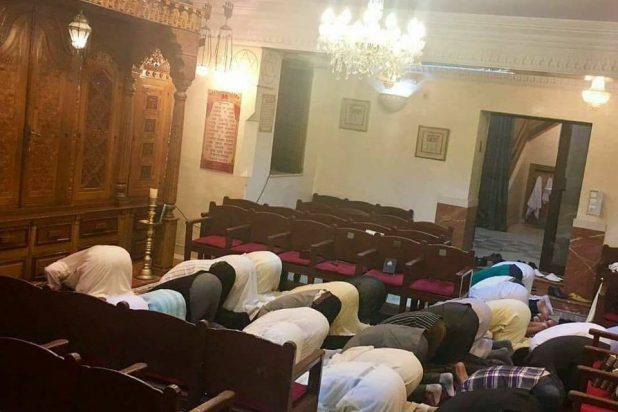 صورة تشعل الفيسبوك عالميا .. مغاربة يصلون في كنيس يهودي