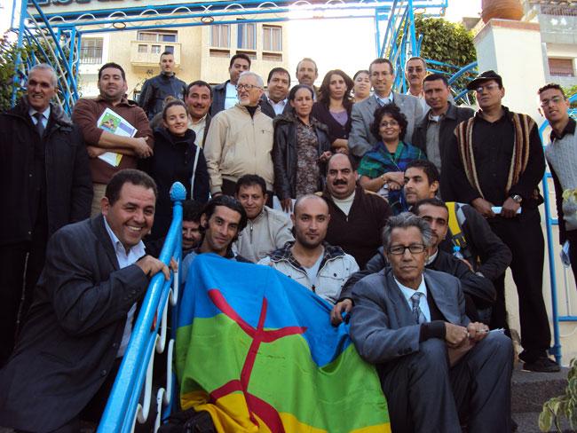 """المجتمعون حول """"أطُونُميا"""" ثامزغا يطالبون بالدمقرطة"""