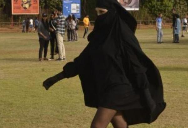 بالصور...فتاة منقبة بساقين عاريتين تثير الجدل في مهرجان بالدار البيضاء