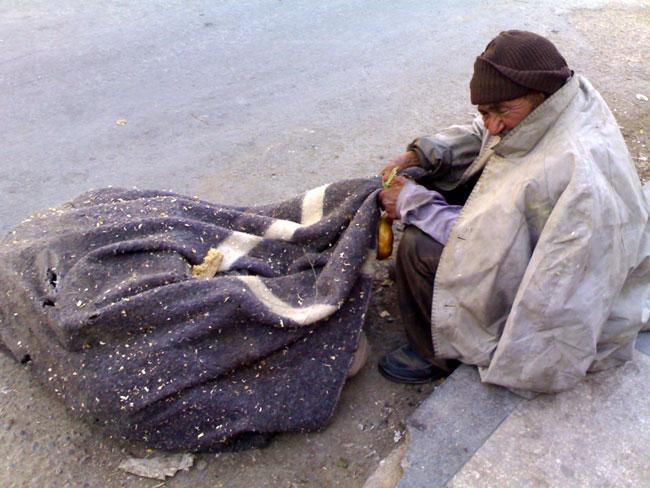 عجزة مشردون  يتخذون من الرصيف سريرا