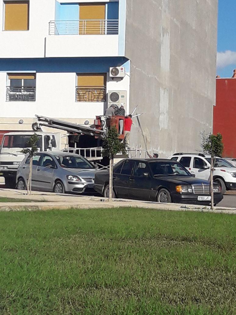 بالصور فضيحة بلديةسلوان: شاحنة البلدية إستعملت لتركيب مكيف هوائي و ليس لإصلاح الإنارة العمومية كما يَدّعي المجلس؟؟