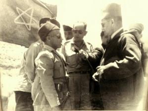 في الصورة المرحوم محمد العجوري الغابوشي يسلم على المغفور له محمد الخامس