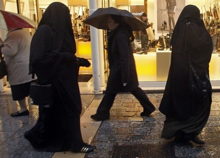 فرنسا تمنع الجنسية عن مغربي بسبب نقاب زوجته