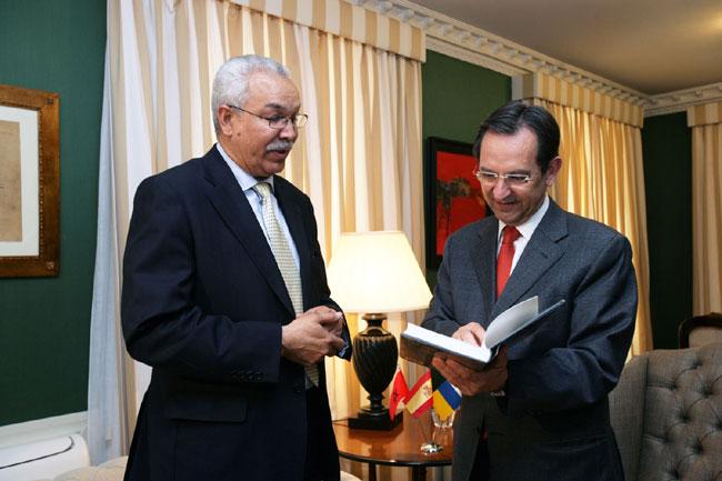 جمعويون ريفيون وسط ارتجال القنصلية المغربية بـالكناري
