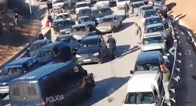فيديو صادم : تعنيف و تحقير المغاربة بمعبر مليلية المحتلة من طرف الشرطة الإسبانية