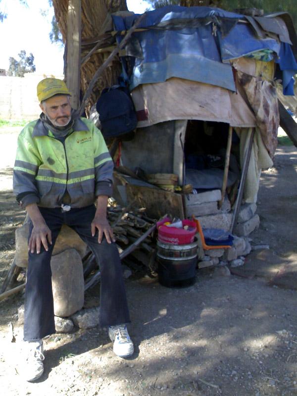 محامي سابق بهيئة الدارالبيضاء يعيش في كوخ تحت شجرة بغابة صغيرة بمدينة وجدة