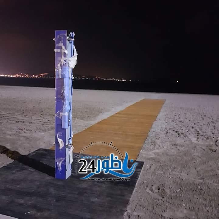 شاهد بالصور: مارتشيكا تجهّز شاطئ الكورنيش الإصطناعي برشاشات للإستحمام