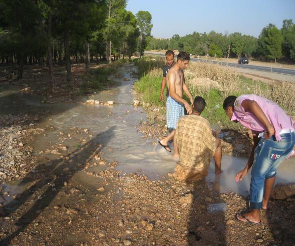 العيون الشرقية : تسربات متكررة وتدفق كبير للماء الصالح للشرب من الانبوب الرئيسي لتزويد مدن العيون وتاوريرت ووجدة