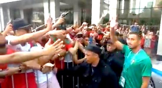 الريفي عزيز بوحدوز يصافح المغاربة الحاضرين بروسيا بعد أن هتفوا باسمه أمام مقر إقامته