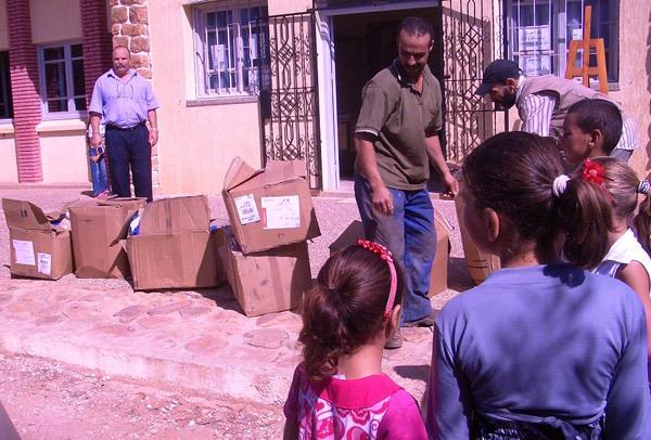 توزيع  حوالي 200 محفظة ولوازم مدرسية بمناسبة الاحتفال بعيد المدرسة بمجموعة مدارس إزمورن   بإقليم الحسيمة