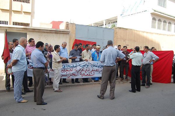 وجدة: نظمت للتنديد باختطاف الصحراوي مصطفى ولد سلمى،  وقفة احتجاجية للمراسلين الصحافيين أمام القنصلية الجزائرية