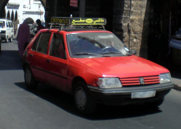 سائق سيارة أجرة صغيرة يلقى حتفه على إثر نوبة قلبية حادة وهو يسوق سيارته بمدينة الحسيمة