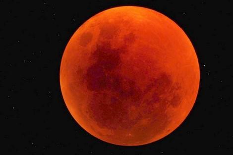 """""""القمر الدموي"""" يظهر في أطول خسوف خلال هذا القرن"""