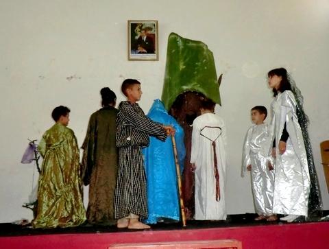 """فرقة ثاويزا للمسرح الامازيغي تعرض مسرحية """"ثانفوست اومكسا"""" بإمزورن وبني بوعياش"""