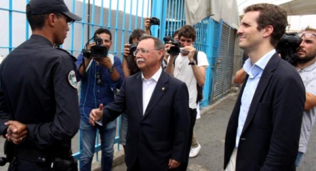 هكذا رد المغاربة على تصرف شرطي رفض مصافحة مسؤول إسباني في حدود سبتة