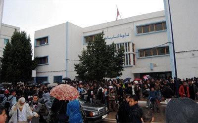 تلاميذ الحسيمة يحتجون أمام المعهد الإسباني
