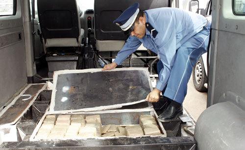 """شرطة و جمارك الميناء تتمكنان من إيقاف """"إمام"""" وبحوزته 20 كلغ من مخدر الحشيش"""