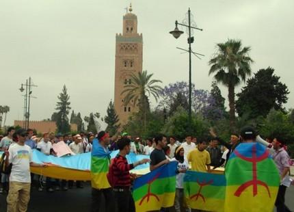 أمازيغ مغاربة يحتجون أمام السفارة الليبية