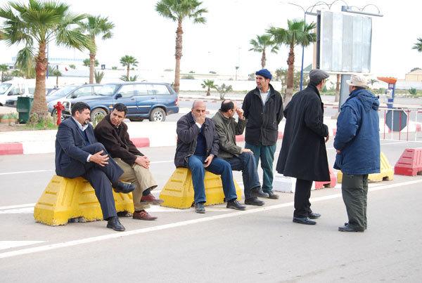 عمال شركة كوماناف ـ فيري يغلقون بوابة الميناء إحتجاجا على عدم تنفيذ مطالبهم