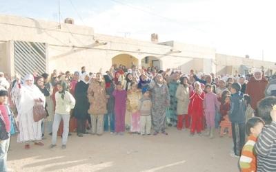 سكان بلدة تويسيت يعتصمون أمام مسجد الصفوة ويرفضون دفن أحد الموتى تحت أنقاض نفق منجم