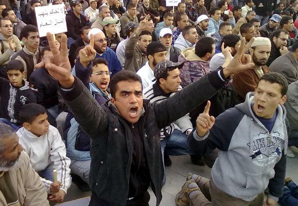 مئات الشباب بمدينة وجدة في وقفة احتجاجية بساحة 20 غشت المقابلة لمقر البلدية واستنفار أمني تحسبا لأي طارىء