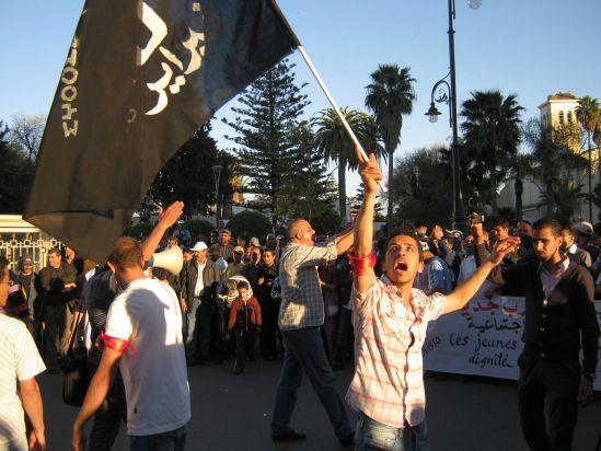 وجدة : أكثر من 2000 مشارك في مسيرة حاشدة اختتمت بتنظيم اعتصام انذاري أمام مقر الولاية