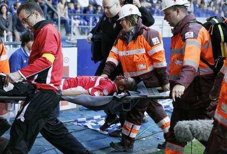 ضربة عنيفة تُففد اللاعب مهدي كارسيلا وعيه وتُسبب في ارتجاج دماغي ، ورضوض على مستوى الوجه والفك والأسنان