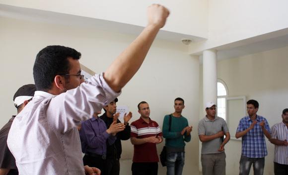 معطلي العروي يشنون معركة نضالية مفتوحة ويقتحمون مقر بلدية وباشوية العروي