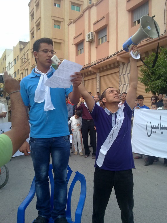 شباب وشيوخ حركة 20 فبراير بزايو يطالبون بإسقاط الفساد ودسترة الامازيغية كلغة رسمية إلى جانب العربية