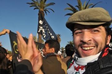 جماهير مؤيدة للخطاب الملكي حول الدستور تحاصر أسامة لخليفي أحد اعضاء حركة 20 فبراير وتعتدي عليه