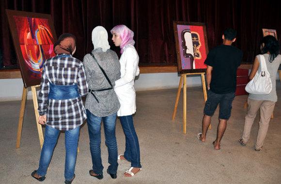 """معرض للفنان التشكيلي """"بوزمبو"""" بالمركب الثقافي بالناظور"""