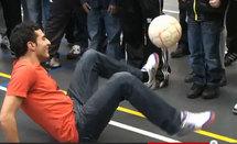 التوزاني يداعب الكرة