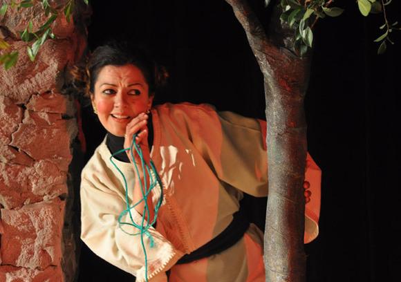 مندوب الثقافة بالناظور يلقي ديكورا مسرحيا خارج المركب الثقافي