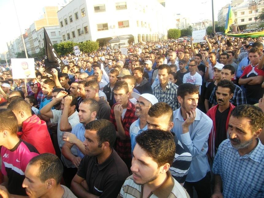 طنجــة : مسيرة حاشدة لفبرايريو المدينة يطالبون فيها بإطلاق سراح رشيد نيـني