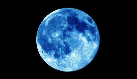القمر الأزرق يضيء سماء الأرض