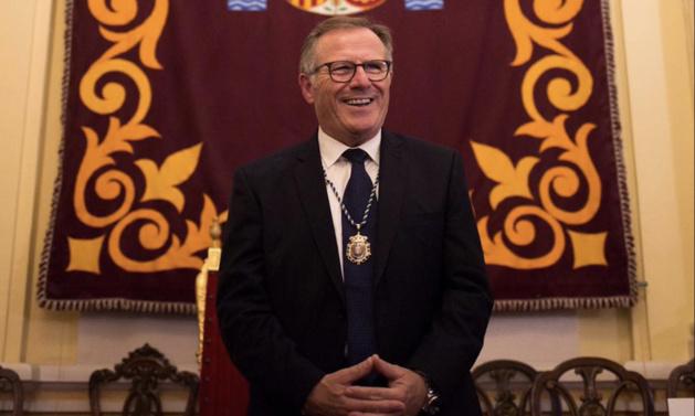 دي كاسترو رئيسا لبلدية مليلية المحتلة خلفا لمنافسه، خوصي لويس إمبروضا والناظورية  دنيا المنصوري نائبا أولا للرئيس