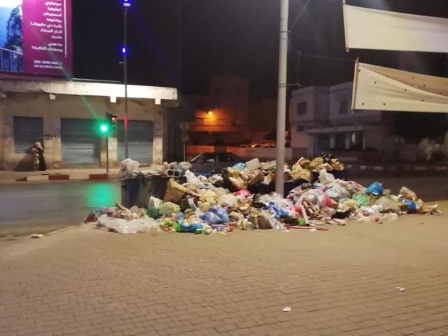 على تقاطع شارع الجيش الملكي والحي الاداري تنموا المأساة و.. حاويات النفايات .