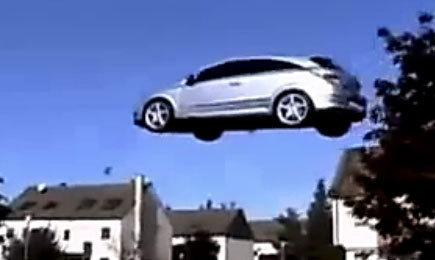 سيارة تطير وتتحرك في الفضاء كالهليكوبتير
