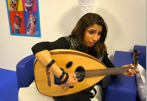 """المغربية دنيا باطما تواصل مغامراتها في برنامج""""أراب أيدول"""""""