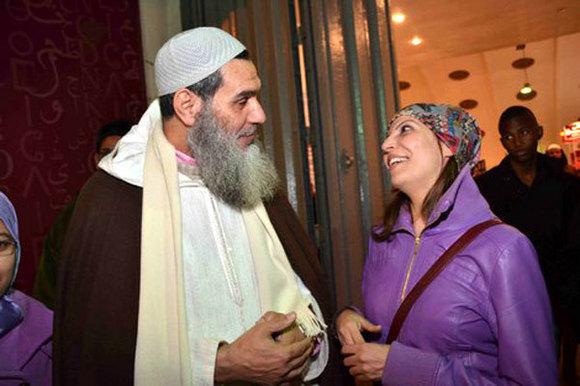 الفنانة المتحررة لطيفة أحرار تلتقي وجهًا لوجه مع الشيخ الفيزازي وزوجته