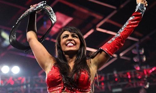 """المصارعة الإنجليزية مغربية الأصل ليلي تفوز ببطولة """"دبليو. دبليو."""