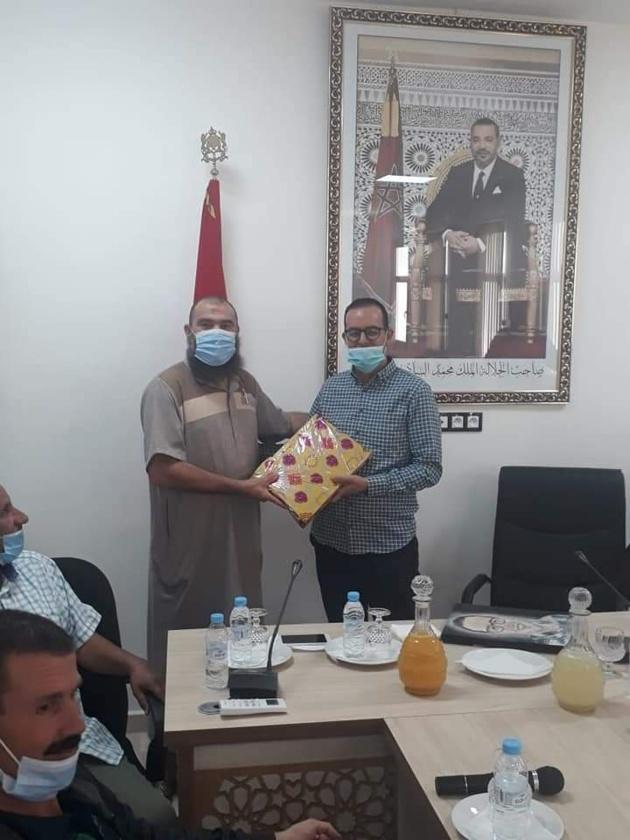 جماعة بوعرك تنظم حفل توديع احد موظفيها بعد نجاحه في مباراة الملحقين القضائيين