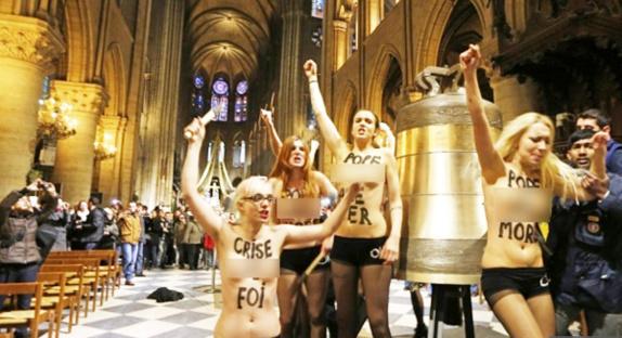 ناشطات عاريات يحتفلن بإستقالة البابا في الكنسية!
