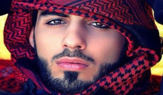 منح سيارة مرسيدس للشاب الذي رحل من السعودية بسبب وسامته