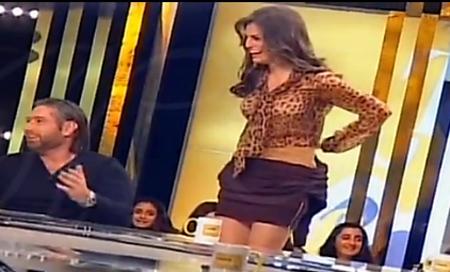 ملكة جمال لبنان تخلع ملابسها مباشرة